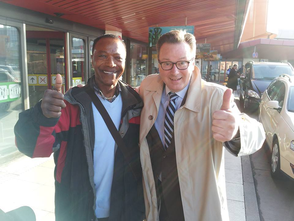Dan Simmons und Dr. Nikolaus Andre in Berlin, Flughafen Tegel, am 20.03.2014