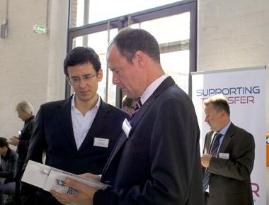 Dr. Nikolaus Andre (rechts) - Vermittler und Fachberater für branchenspezifische Fachkräfte aus den Bereichen erneuerbare Energie sowie Luft- und Raumfahrt.